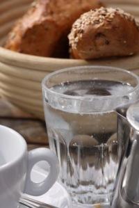 Frühstück und Wasserglas | Essen & Trinken » Getränke | Lichtbild Austria / pixelio