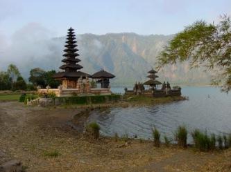 Tempel am See (Bali) | Städte » Asien | Dieter Schütz / pixelio