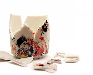 zerbrochene Tasse vor Anwendung der Kintsugi -Technik