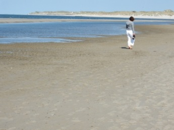 barfuß am Strand und Schuh in der Hand | Menschen » Frauen | Martin Büdenbender / pixelio