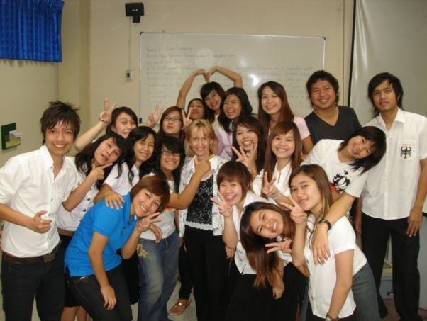 Hedwig Kolonko - Universität Khon Kaen - inmitten der Studenten