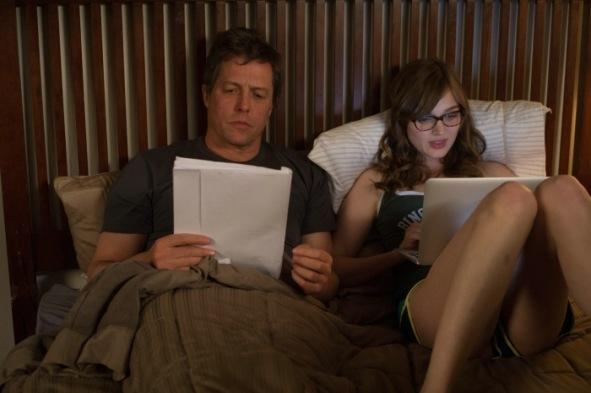 Keith Michaels (Hugh Grant) und Karen (Bella Heathcote) in WIE SCHREIBT MAN LIEBE?
