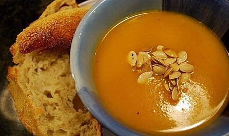 Nie wieder wegwerfen! curry butternut squash soup with fresh bread & baked pumpkin seeds