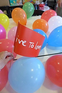 live To love: Ballons Fähnchen