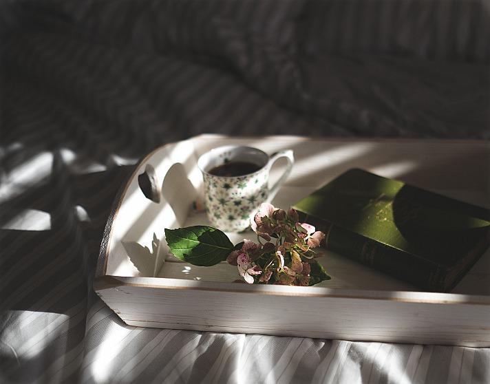 Kerzenschein, eine warme, kuschelige Decke, ein schönes Bett