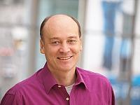 Manfred Mohr mit lila Hemd