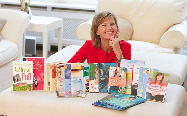 Sabrina Fox mit ihren Büchern