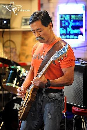 Yusuke Yahagi spielt Gitarre