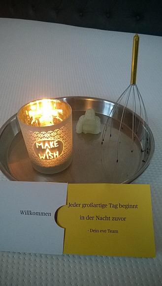Die eve-Matratze mit Kerze und Willkommenskarte