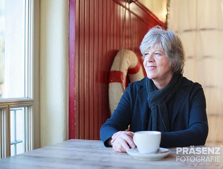 Beate Forsbach im Café