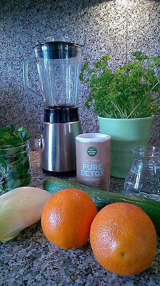 Natural Mojo - PURE DETOX mit Zutaten und Mixer