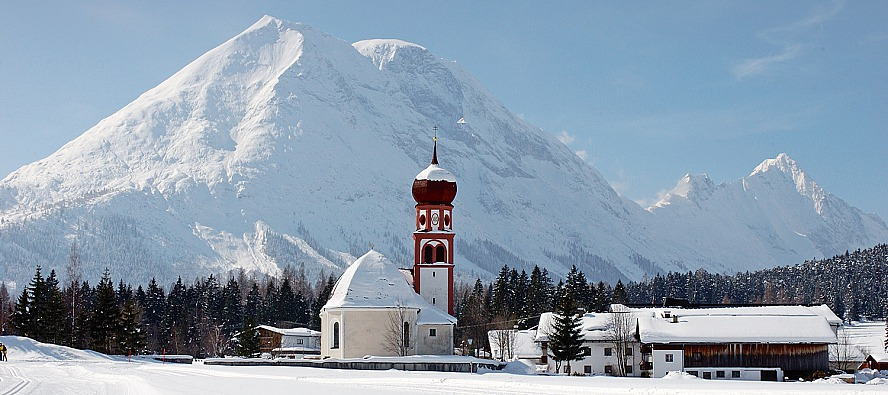 KRUMERS ALPIN Resort & SPA im Winter - Kirchturm in Seefeld
