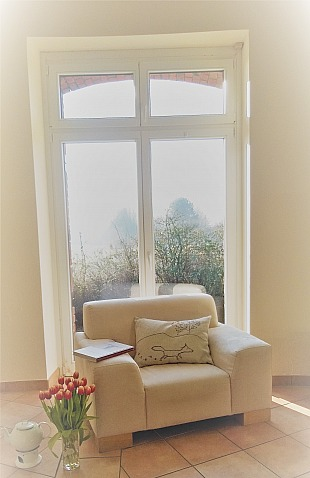 OTTO Deko, Geschenke & Möbel: Mein Lieblingssessel vor dem grossen Fenster