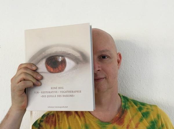 René Hug mit seinem Buch: DIE QUELLE DES DASEINS