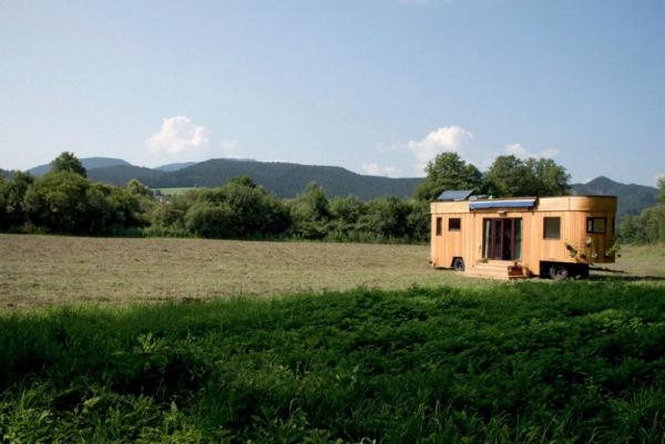 Tiny House: Der Wohnwaggon bietet 25qm natürlichen, autarken Wohnraum. Hier kann man sich vollkommen selbst versorgen.