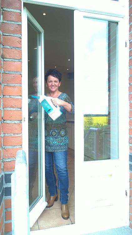 Frühjahrsputz: Annette Maria reinigt mühelos Fenster mit dem Fenstersauger Dry&Clean von Leifheit