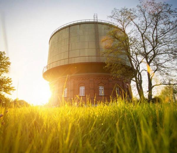 Frühjahrsputz: der Fenstersauger Dry&Clean von Leifheit im Einsatz am Wasserturm