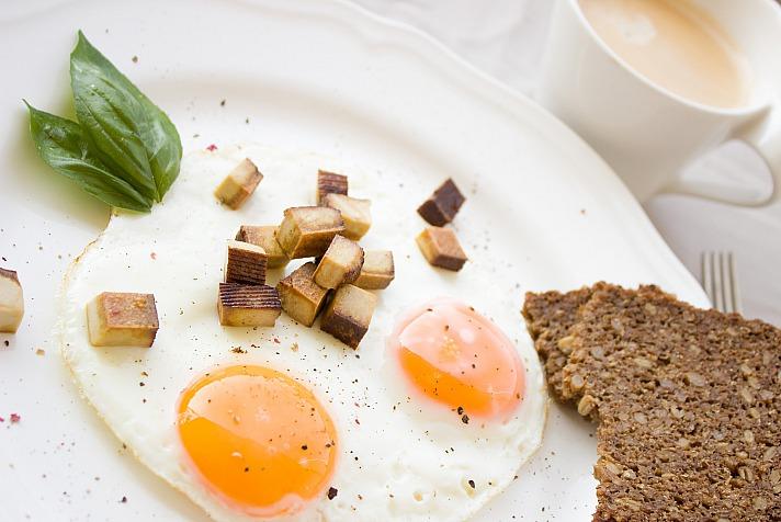 Eggs eating egg Einladung_zum_Essen/pixabay 136