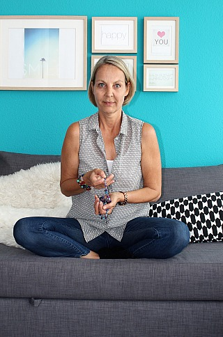 Karin Hämming - mit Malakette sitzend