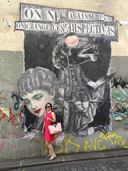 Stefanie von Wietersheim - vor einem Wandgemälde