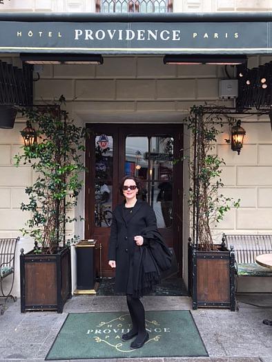 Stefanie von Wietersheim vor Hotel Providence