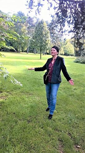 Kala Fashion: Annette Maria im grünen Stadtgarten