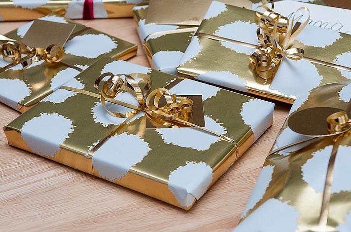 Geschenke in goldenem Papier