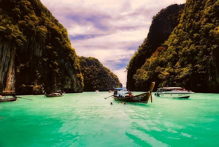 Mit einem Boot Thailand entdecken