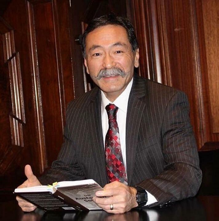 Yusuke Yahagi mit seinem Buch: der Austauch-Soldat