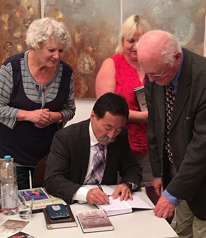 Yusuke Yahagi signiert seine Bücher bei der Buchvorstellung