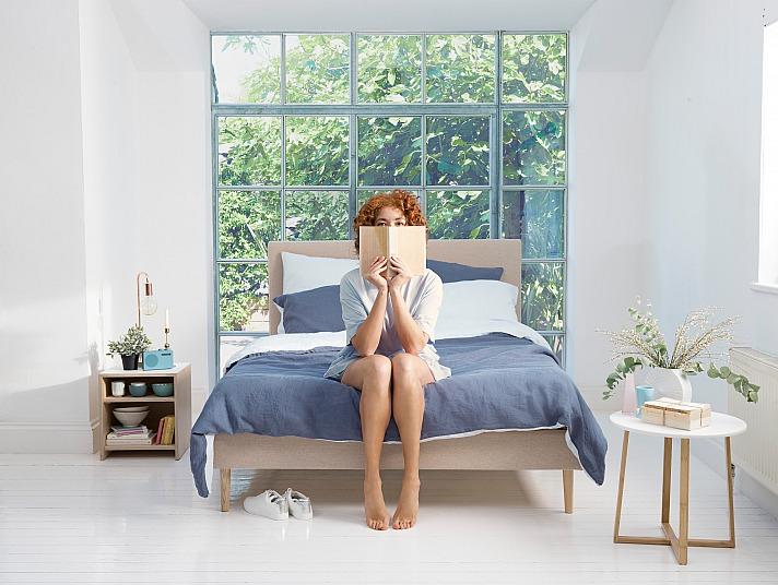 EVE: Wem im Sommer sogar eine Sommerbettdecke zu warm ist, sollte zumindest leichte Bettwäsche zum Zudecken verwenden