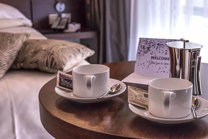 Aqualux Hotel Spa: 125 klimatisierten Zimmer mit möblierten Balkonen, Minibar und LCD-Fernseher