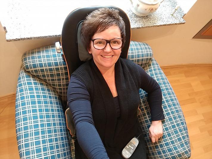 Annette Maria genießt die Shiatsu-Akupressur-Massagesitzauflage von Medisana sehr