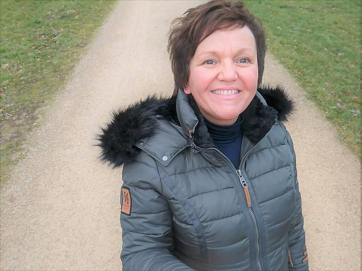 YOUMODO: Annette Maria trägt den NAVAHOO Steppmantel - Wintermantel Umay Grau an der Dattelner Schleuse
