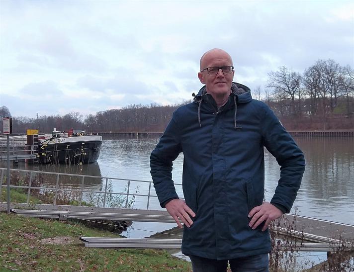 YOUMODO: Axel trägt den RAGWEAR Winterparka - Winterjacke Mr Smith Blau an der Dattelner Schleuse