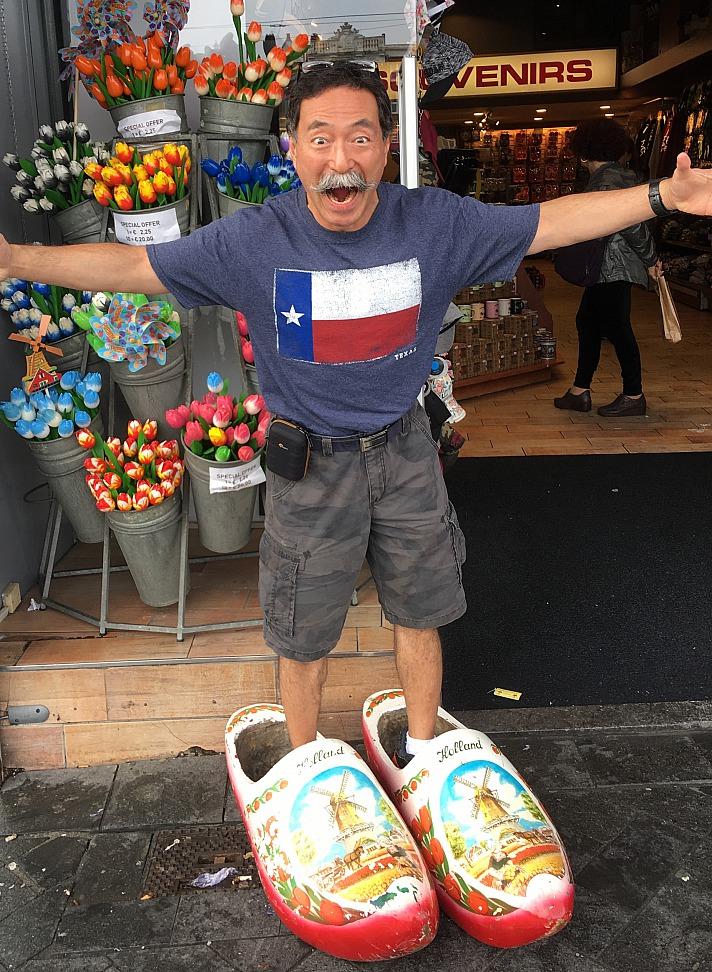 Yusuke Yahagi kauft Souveniers :)