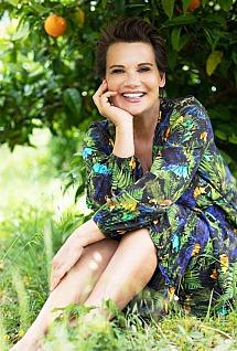 Jenny Jürgens unter einem Orangenbaum