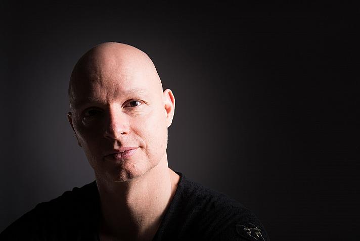 René Hug: Er ist der Gründer des suburb yoga – Studio für Yoga, Klang & Meditation in Zürich
