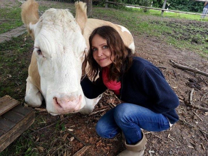 Daniela Böhm kümmert sich um eine Kuh