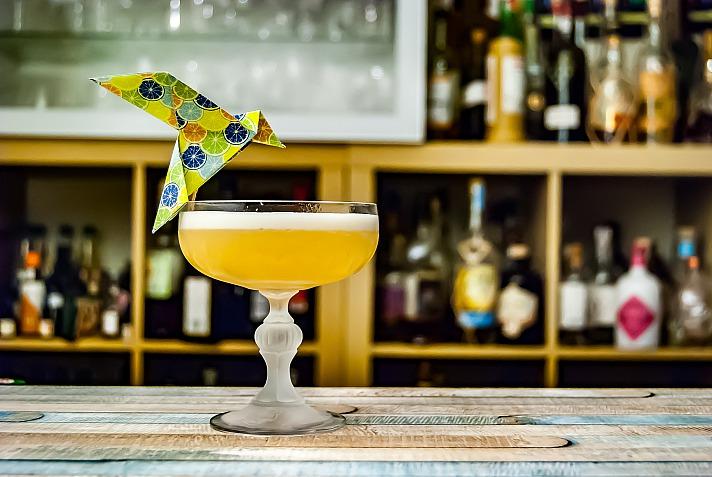 In der eigenen Bar die Cocktails selbst mixen und genießen