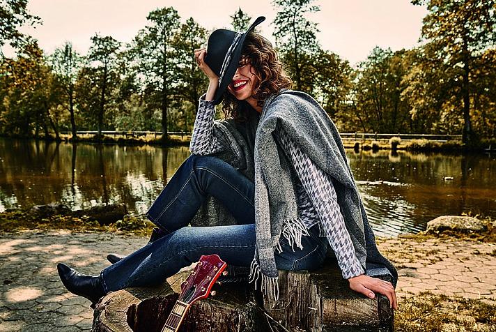 JEANS FRITZ: für den Übergang passen locker übergeworfene Capes, sportive Jeans- oder Veloursjacken wunderbar