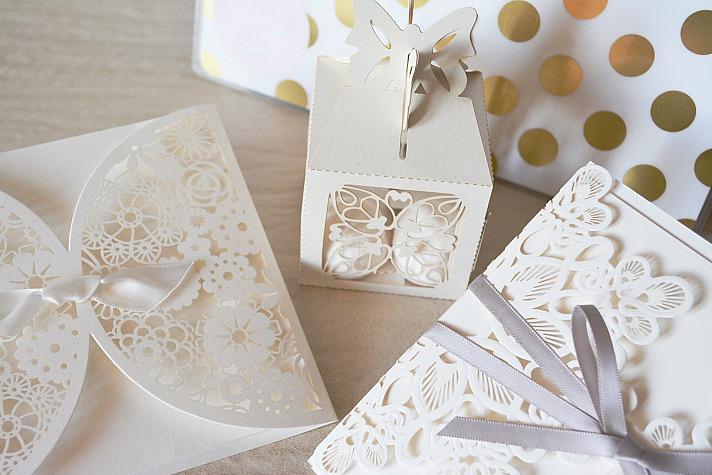 Prägungen sind auf Hochzeitseinladungen besonders beliebt. Sie werten das Design optisch und haptisch auf.