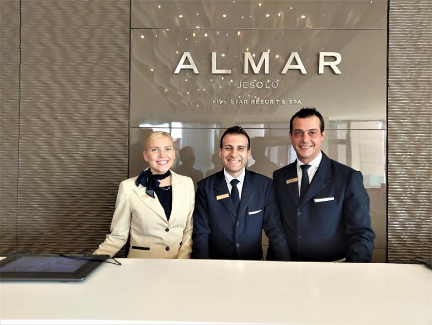 Almar Jesolo Resort&Spa: Die Mitarbeiter an der Rezeption begrüßen uns überaus freundlich