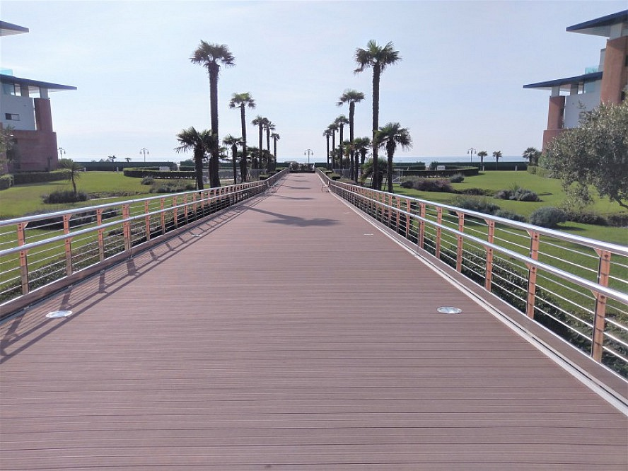 Almar Jesolo Resort&Spa: Eleganter Steg zum langen, hoteleigenen Strand mit unbegrenztem Blick auf das türkisfarbene Meer