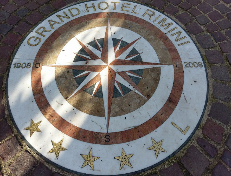 Grand Hotel Rimini: Im Hotelpark wurde dieses Mosaik zur 100-Jahr-Feier erstellt.
