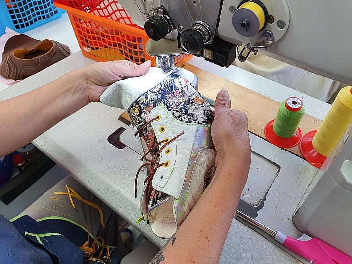 Exclusive Schuhe von Pomp - Mit viel Geschick und Sorgfalt fertigen Näherinnen die einzelnen Schuhelemente