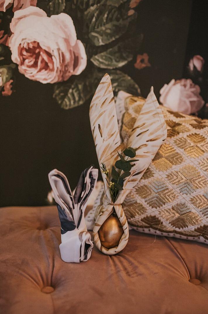 Hasenohren aus Servietten falten: Tischdeko für den Ostersonntag kann man ganz einfach selber basteln