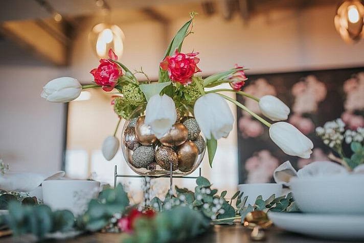 Osterblumen am Ostertisch - Natürlich gibt es auch feine Varianten der österlichen Tischdeko