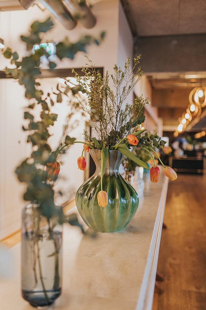 Osterblumen in Vase: Osterdeko ist in diesem Jahr zart und frühlingshaft!