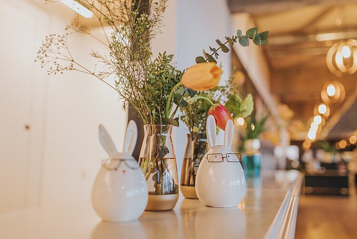 Osterblumen mit Osterhasen: Auch klassische Osterzweige oder wenige Tulpenstiele sind ein echter Blickfang